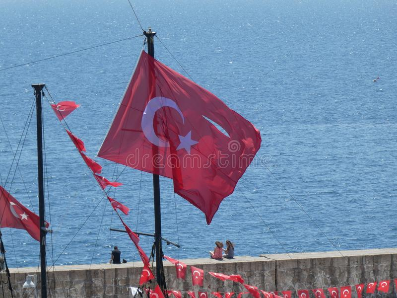 Dinde resturant d'Antalya de ville de drapeau de pirate de bateau de mer d'eau de port de barre turque de plage vieille image stock