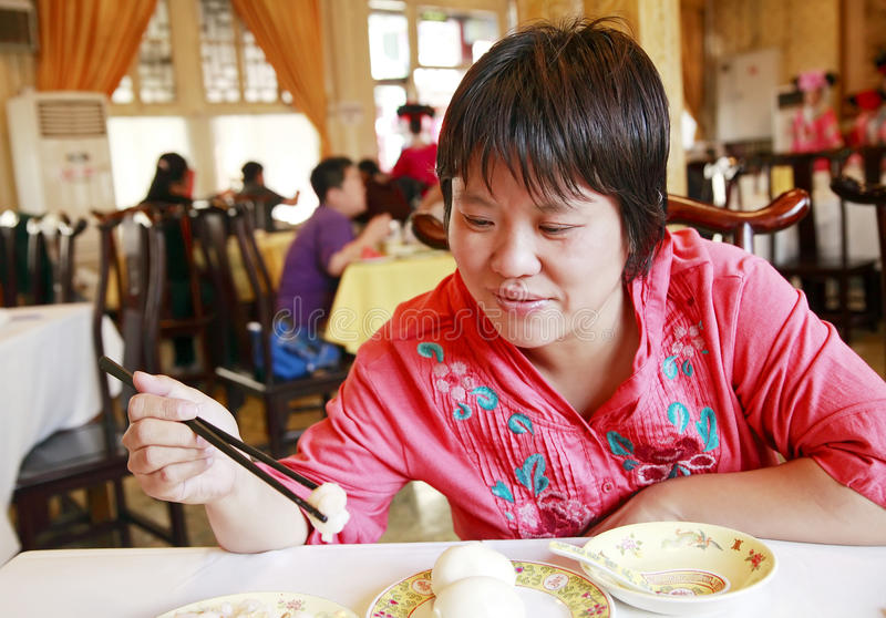 Diner chinois de femme photos stock