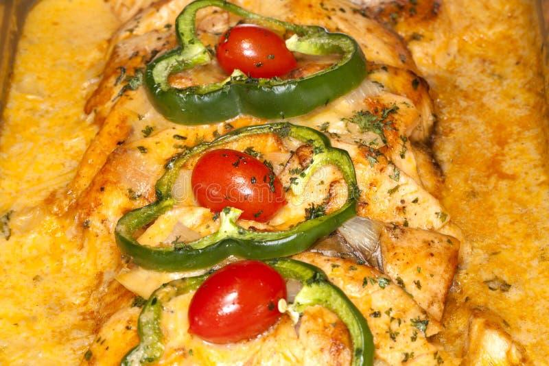 Diner de gourmet : Bar de mer grillé à une sauce épicée à Carabbean photographie stock