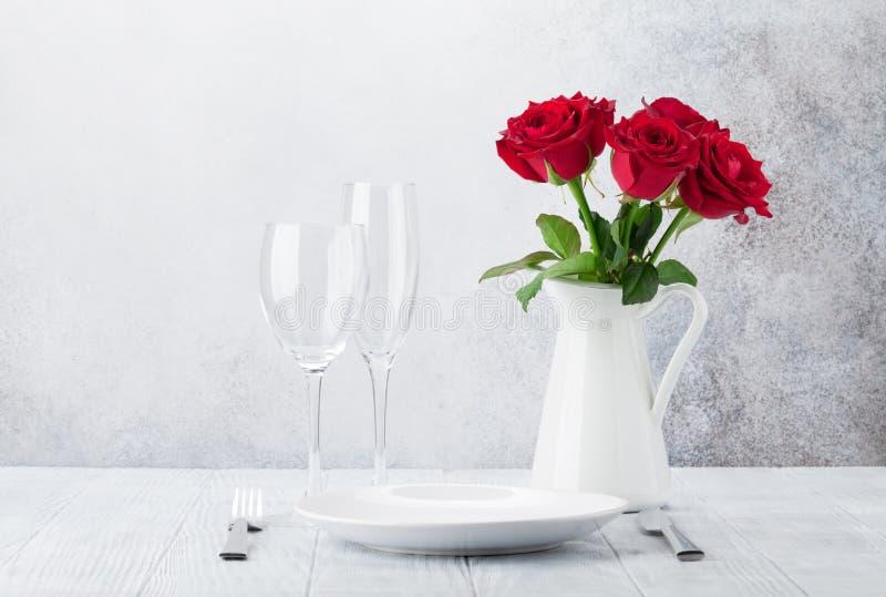 Diner die met roze bloemenboeket plaatsen stock afbeeldingen