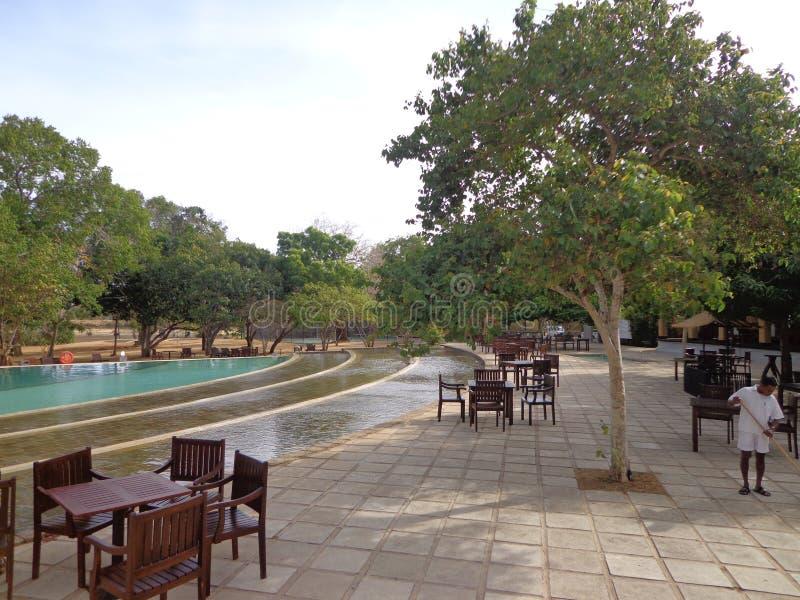 Diner extérieur par le côté de piscine dans un hôtel images stock