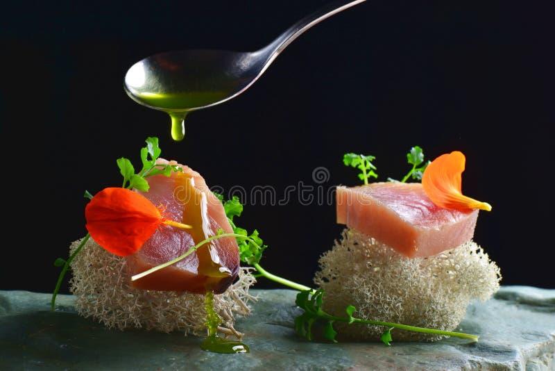 Diner fin, sashimi cru frais de thon d'ahi a servi sur une éponge d'océan image stock