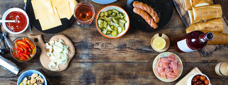 diner lijst kaviaar en tafelkleed met pannekoeken Diverse snacks en wijn Bovenkant veiw stock afbeelding