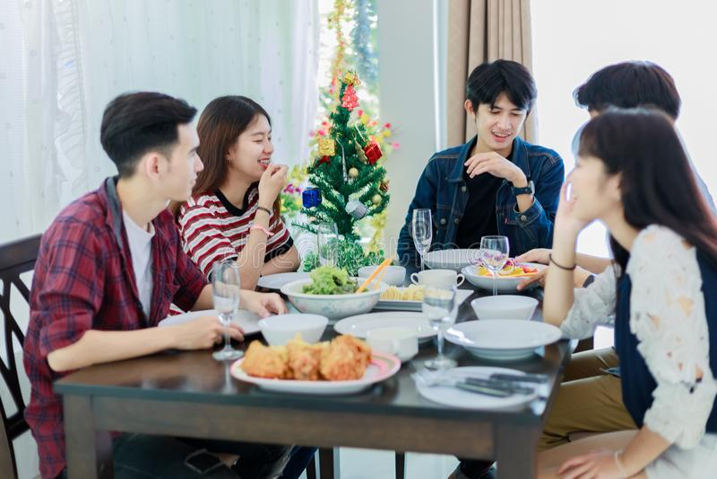 Diner met Aziatische Groep beste vrienden die avond van dranken genieten royalty-vrije stock foto