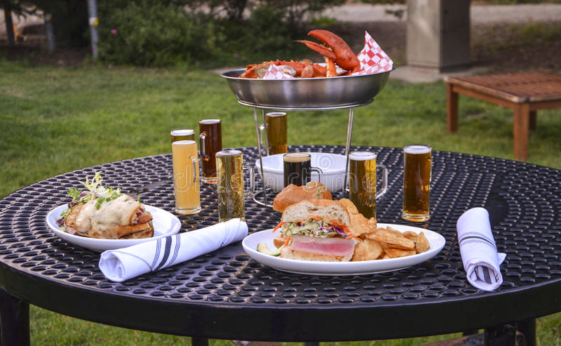 Diner met bier royalty-vrije stock foto's
