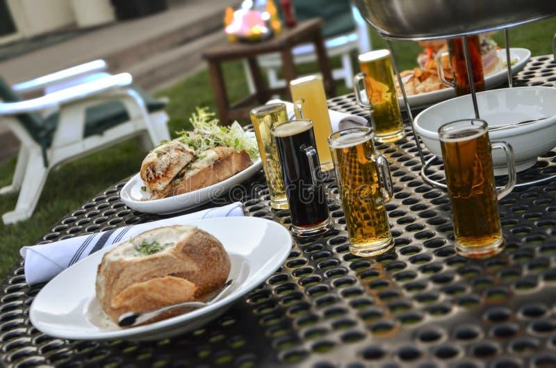 Diner met bier royalty-vrije stock afbeelding