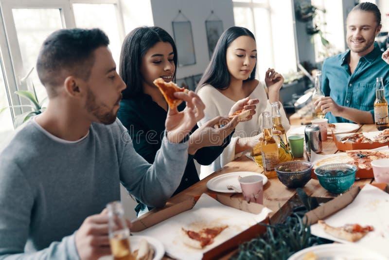 Diner met vrienden stock afbeeldingen