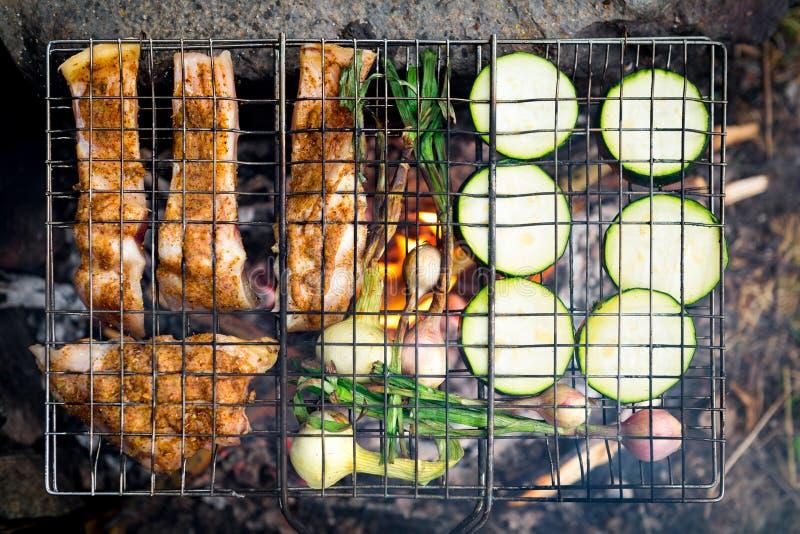 Diner op kampvuur, avonturenlevensstijl het kamperen vakantievoedsel royalty-vrije stock foto