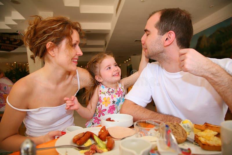 Dinerende familie stock foto's