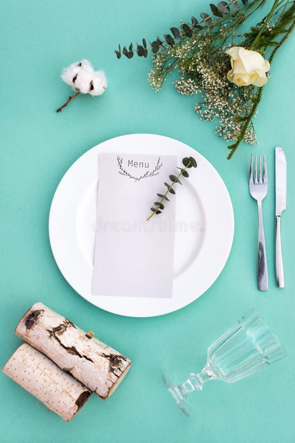 Dinermenu voor een huwelijk of van de luxeavond maaltijd Lijst die hierboven plaatsen van Elegante lege plaat, bestek, glas en stock fotografie
