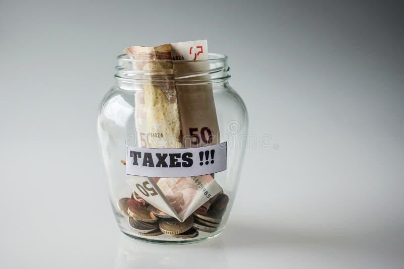 Dinero ahorrado para los impuestos imagenes de archivo
