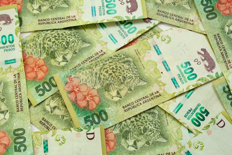 dinero-argentino-billetes-de-pesos-cifra-jaguar-199968775