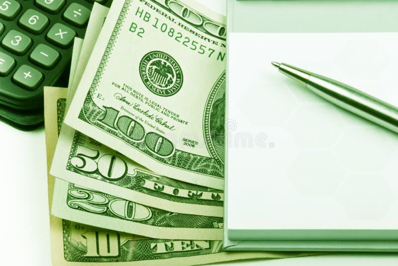 Dinero, calculadora de la pluma, papel, primer foto de archivo