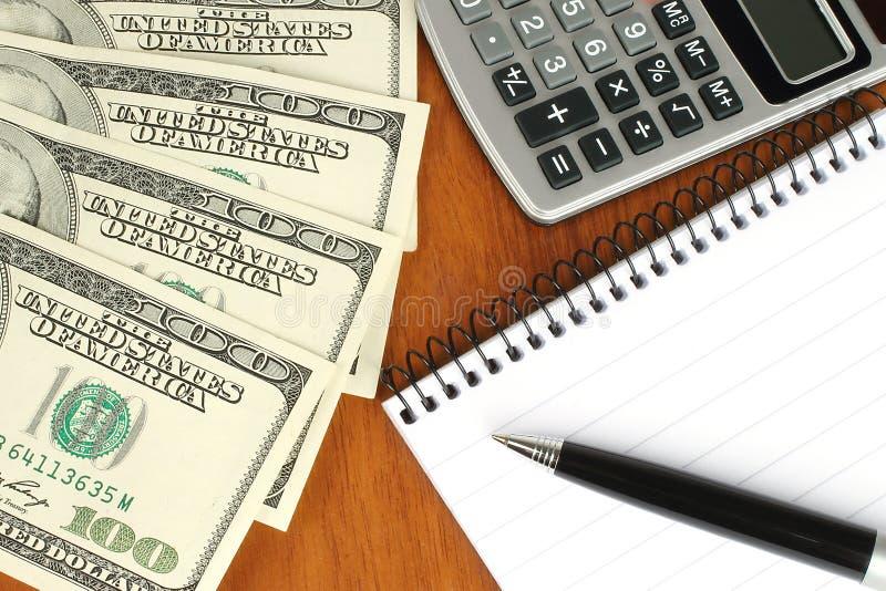 Dinero, calculadora, libreta y pluma fotos de archivo libres de regalías
