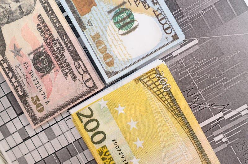 Dinero contra la perspectiva de cartas comunes financieras imágenes de archivo libres de regalías