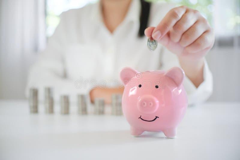 Dinero de ahorro de la mano femenina para el plan de retiro futuro imagen de archivo libre de regalías