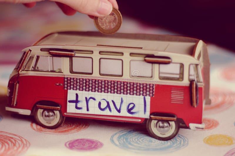 Dinero de ahorro para el viaje ideal de e imagenes de archivo