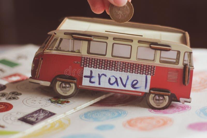 Dinero de ahorro para las vacaciones de verano y viajar imagen de archivo libre de regalías