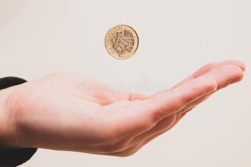 Dinero de cogida de la mano foto de archivo