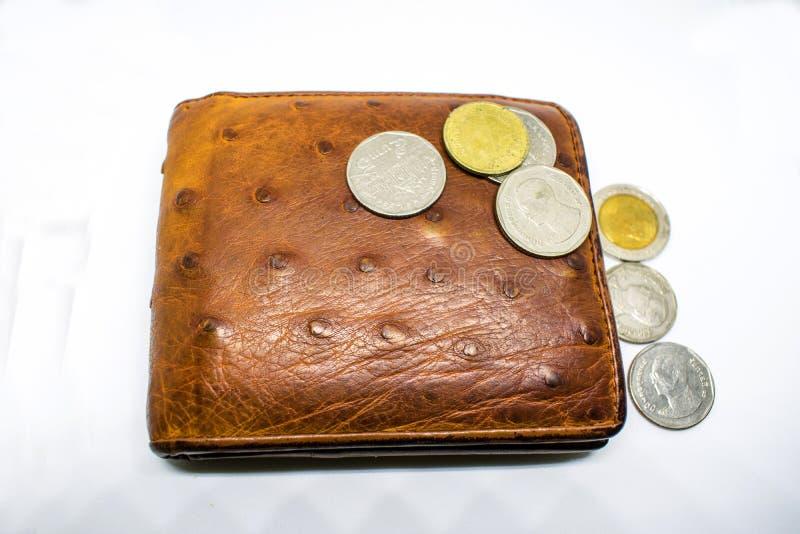 Dinero de la cartera del marrón del ` s de los hombres en fondo del blanco del efectivo fotos de archivo