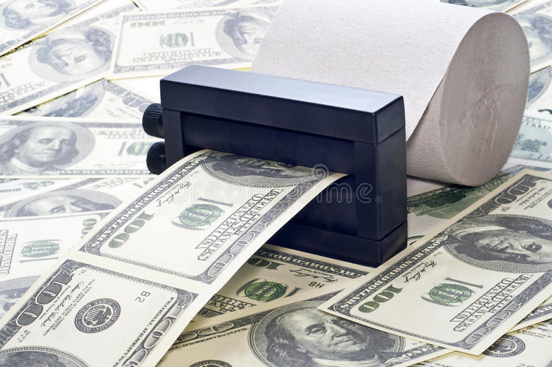 Dinero de la impresión de la máquina fuera del papel higiénico foto de archivo