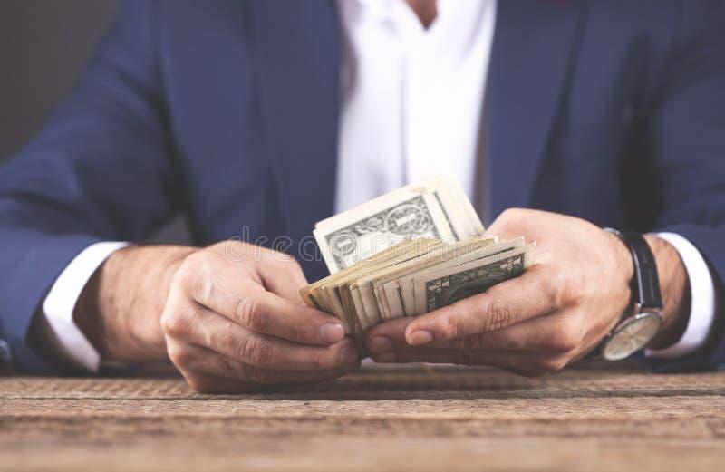 Dinero de mano del hombre imagenes de archivo