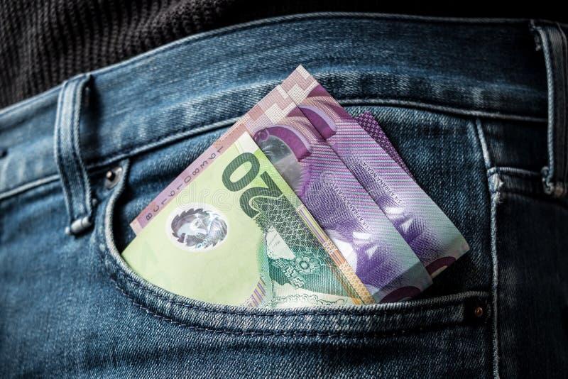 Dinero de Nueva Zelanda en bolsillo fotos de archivo
