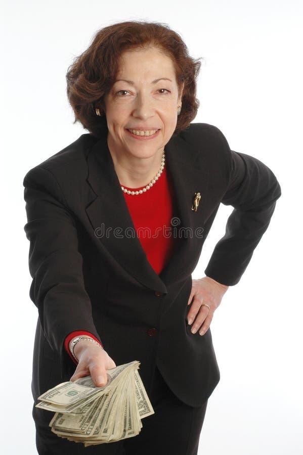 Dinero de ofrecimiento 820 de la mujer de negocios imagen de archivo
