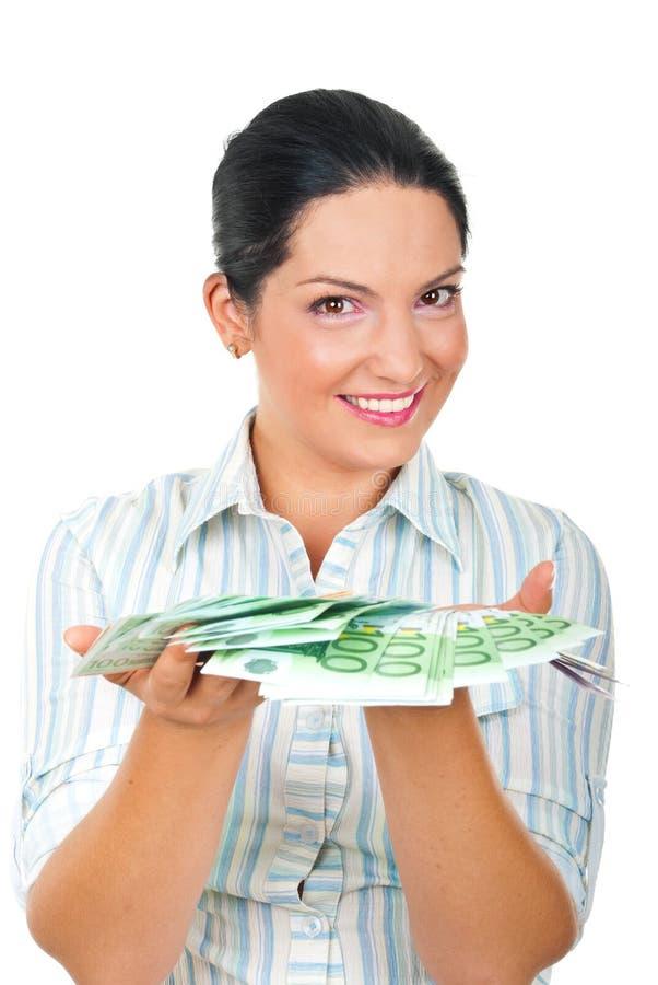 Dinero de ofrecimiento de la mujer feliz imágenes de archivo libres de regalías