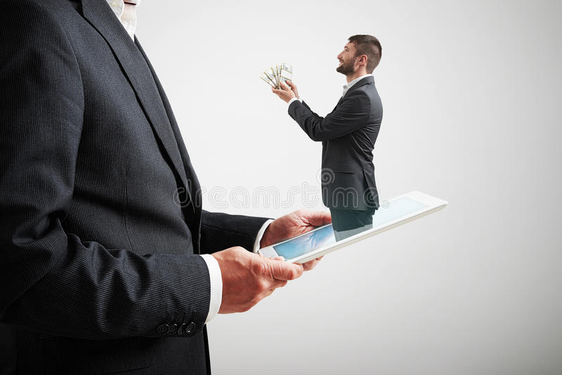 Dinero de ofrecimiento del hombre al hombre grande fotografía de archivo libre de regalías