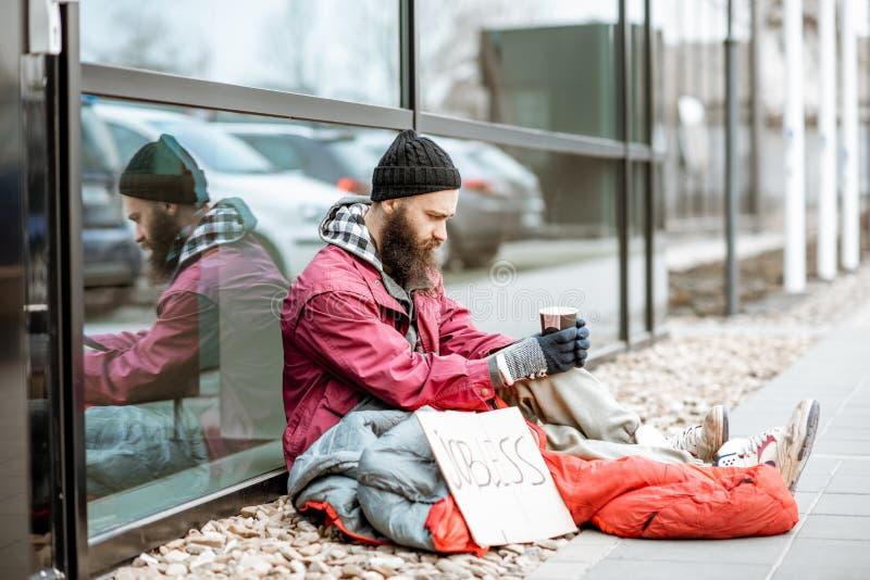 Dinero de petici?n sin hogar cerca del centro de negocios fotografía de archivo libre de regalías