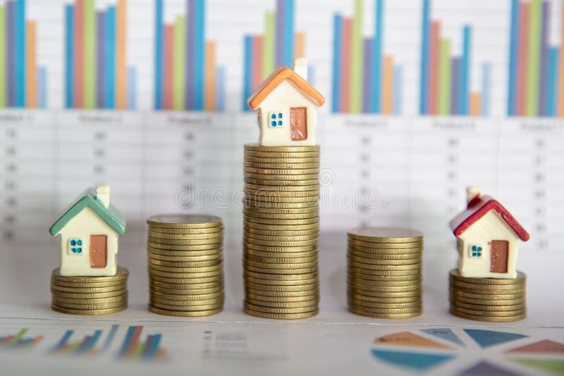 Dinero de planificaci?n de los ahorros de las monedas para comprar un hogar, el concepto para la escalera de la propiedad, la hip imágenes de archivo libres de regalías
