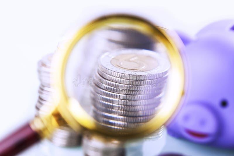 Dinero debajo de la lupa Enfoque en las finanzas caseras imágenes de archivo libres de regalías