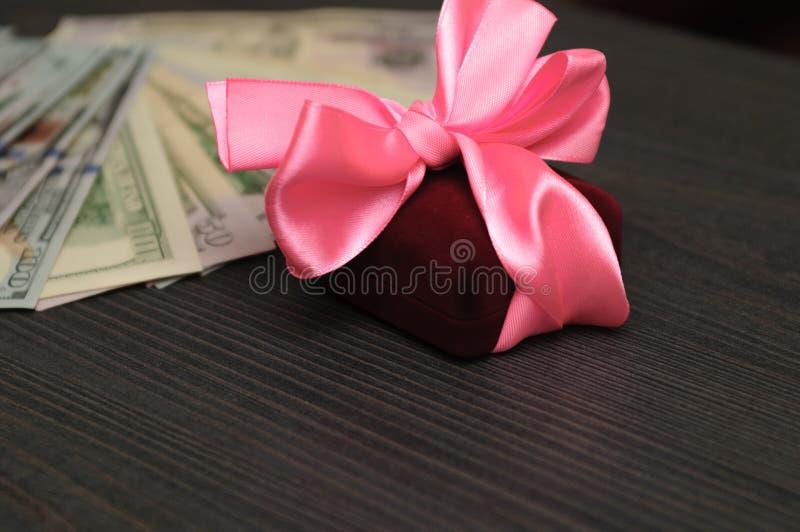 Dinero debajo del árbol de navidad, sistema del regalo imagen de archivo libre de regalías