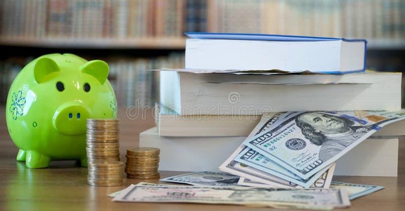 Dinero del ahorro para la educación imágenes de archivo libres de regalías