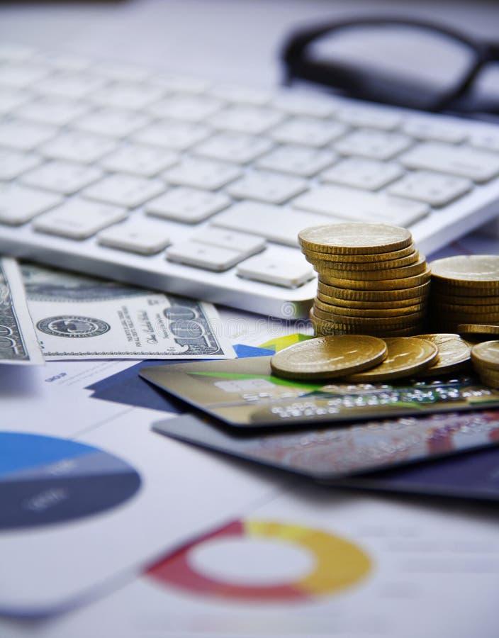 Dinero del concepto de las finanzas, carta, moneda, foto de archivo libre de regalías