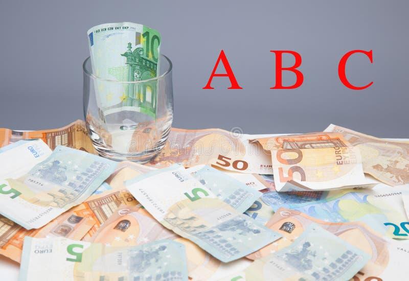 Dinero en billetes y monedas euro fotografía de archivo