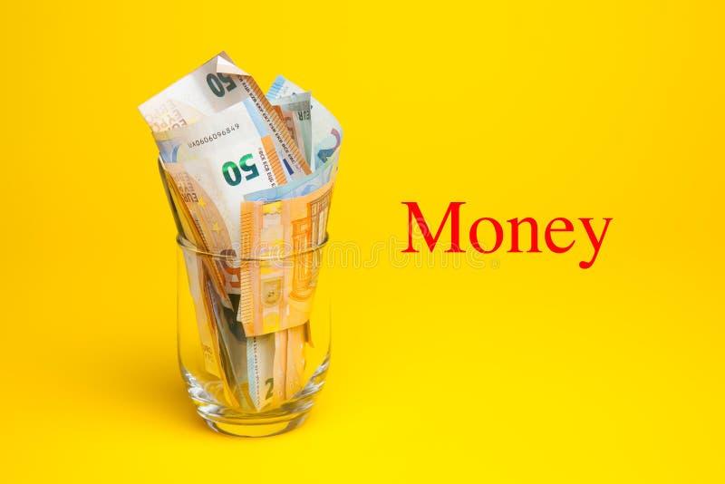 Dinero en billetes y monedas euro foto de archivo