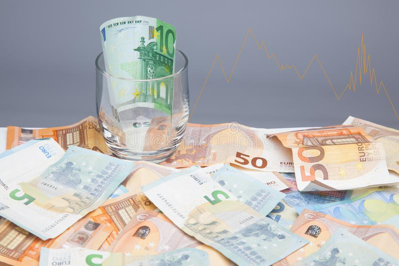 Dinero en billetes y monedas euro imagen de archivo