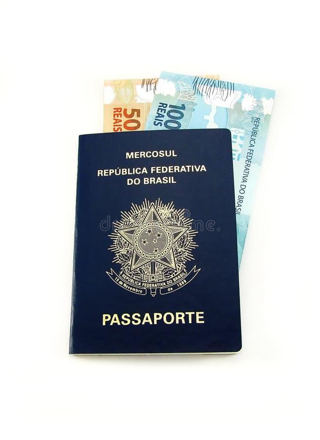 Dinero en circulación brasileño y pasaporte fotos de archivo libres de regalías