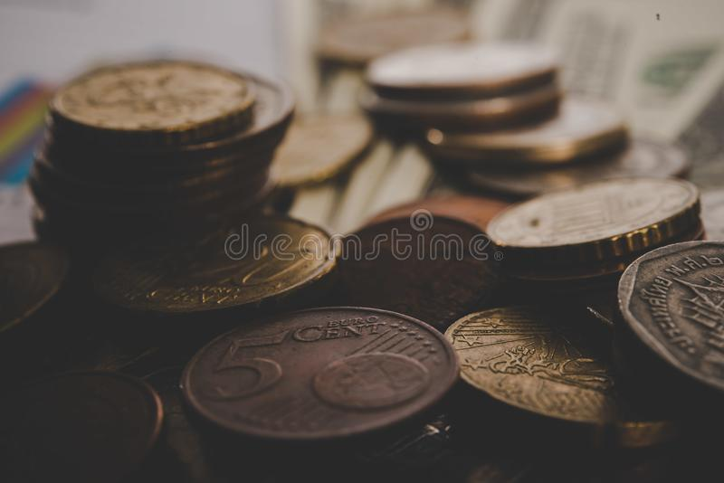 Dinero en circulación euro Monedas en uno a en diversas posiciones Dinero imágenes de archivo libres de regalías