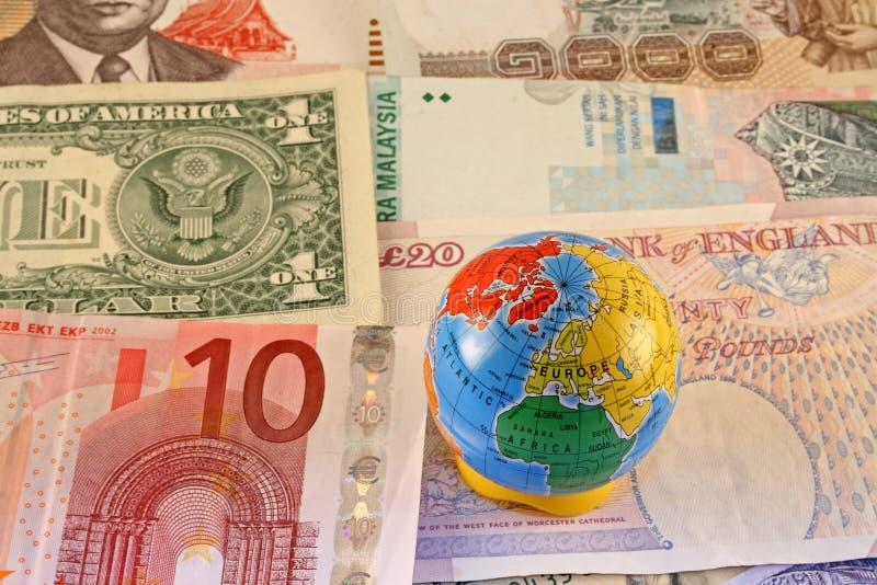Dinero en circulación global fotos de archivo