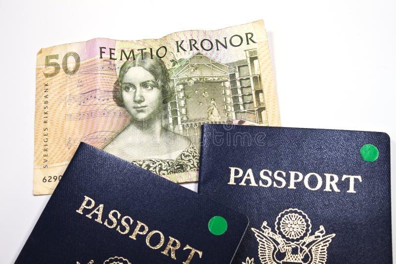 Dinero en circulación sueco con 2 pasaportes fotos de archivo libres de regalías