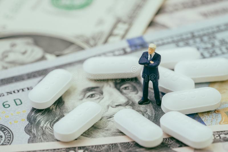 Dinero en el concepto del negocio de la atención sanitaria y de la industria médica, mini imagen de archivo libre de regalías