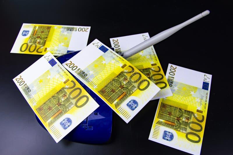 Dinero en el router de Internet - ganancias de Internet fotos de archivo