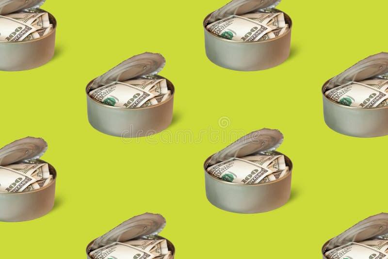 Dinero en fondo de la lata fotos de archivo
