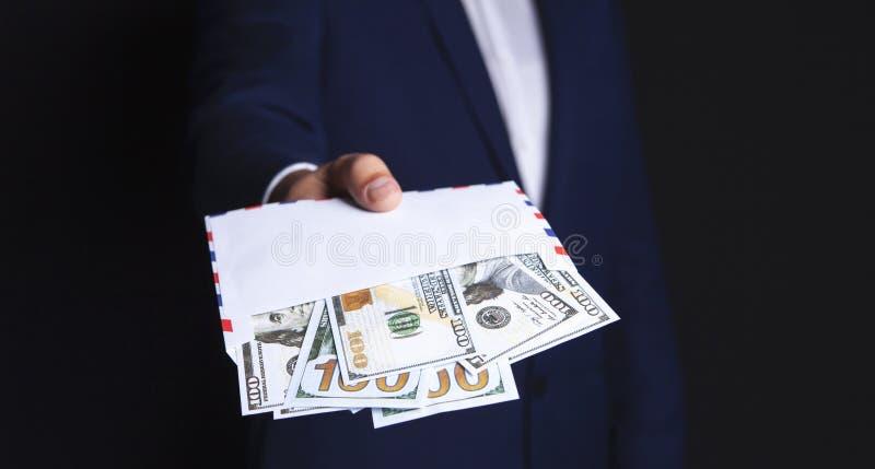 Dinero en las manos de un hombre de negocios imagen de archivo libre de regalías
