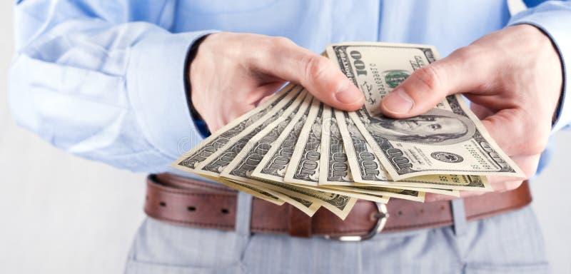 Dinero en las manos del hombre de negocios foto de archivo libre de regalías