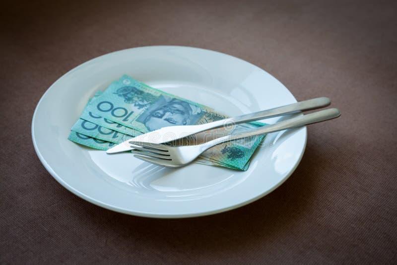 Dinero en un plato imagen de archivo