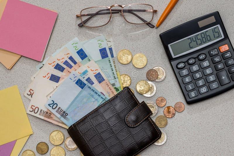 Dinero euro con el espacio en blanco, la pluma y la calculadora fotografía de archivo